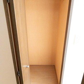 廊下】洋室に入りきらなかったコート掛けに。