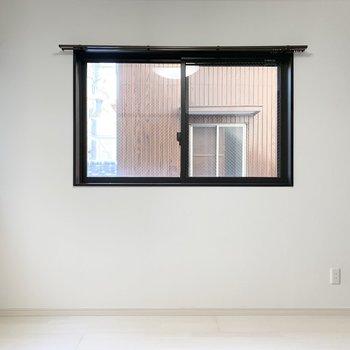 洋室2面に窓付きです、窓Ⅱ
