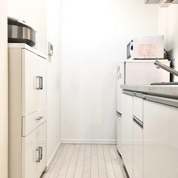 冷蔵庫と食器棚がスポッとハマってます。