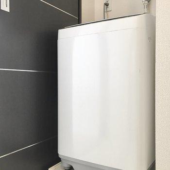 そのお向かいに洗濯機置き場。