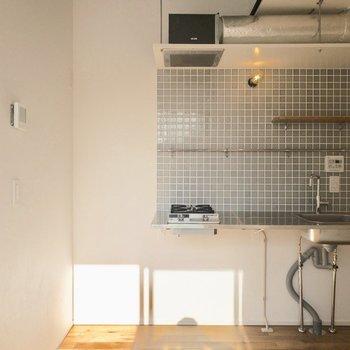 左側に冷蔵庫がおけます