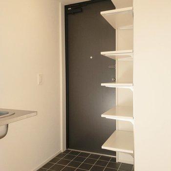 フラットな玄関とシューズクローゼットはオープンです