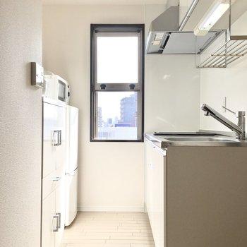 キッチンは明るく換気もしっかりと!※写真は10階同間取り・別部屋のものです。