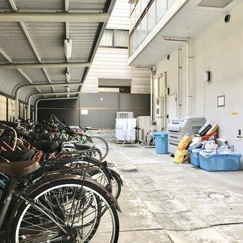 共用部】駐輪場とゴミ捨て場は建物の裏手に。