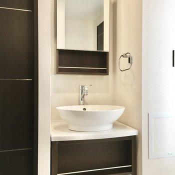 コンロとした洗面台がキレイ。※写真は10階同間取り・別部屋のものです。