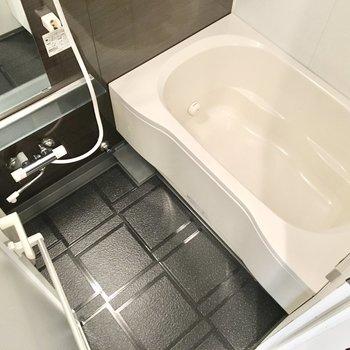 追い焚き&浴室乾燥機付き!※写真は10階同間取り・別部屋のものです。