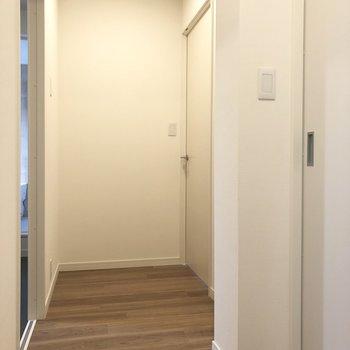 【上階】2つの洋室とサニタリールーム。