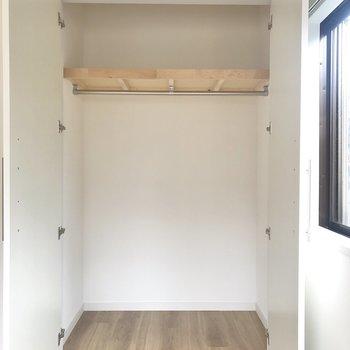【上階北側洋室】奥行きがあるので沢山収納ができそうです。
