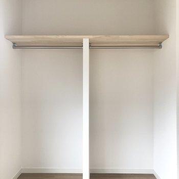 【上階北側洋室】オープンのも。ポールが付いているのでお好みでカーテンをつけてもOKです。