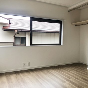 【上階北側洋室】横長の窓が開放感を放つお部屋になっています。
