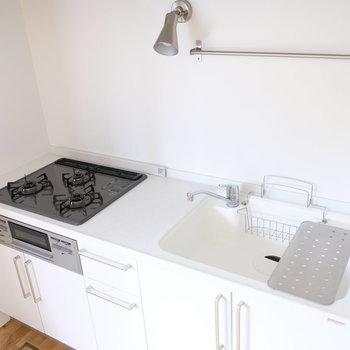 【イメージ】キッチンはもちろん3口で!周辺の床にはグレーのタイルを使用します!