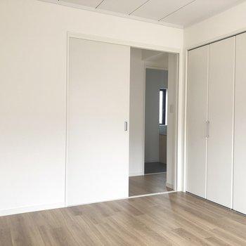 【上階南側洋室】白いベッドが置きたくなる真っ白空間。