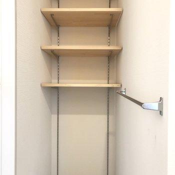 【上階】タオルやインナーなどの収納に。