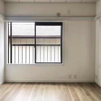 【上階南側洋室】2面採光の綺麗なお部屋。