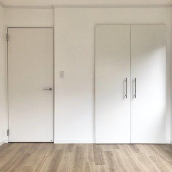 【上階北側洋室】扉を引くタイプのクローゼット。