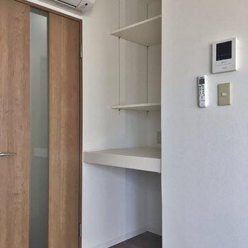 キッチンの後ろにはこんな棚もあります