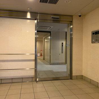 エレベーター前にオートロックがあります。