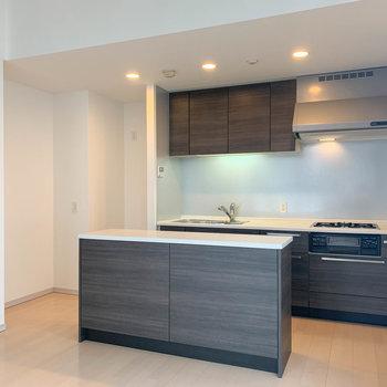 【LDK】キッチンの左側に冷蔵庫置き場。