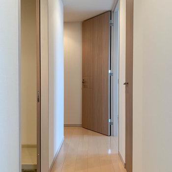 再び廊下へ。角まで進むともう一つの洋室。