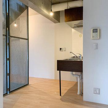 【LDK】階段へ向かい途中にキッチン。一旦先に、上の階を見ていきましょう。
