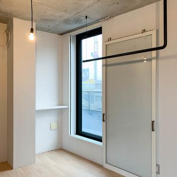 3階の洋室、ガラス扉を開けるとルーバルへ。
