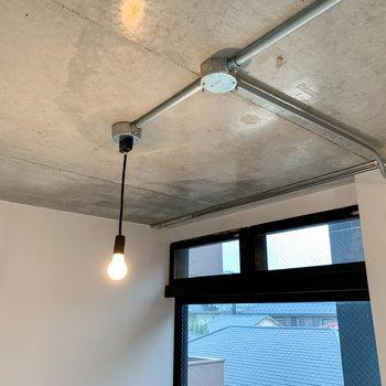 【ディテール】照明の電球や配線の処理の感じが、更に雰囲気を作っています。