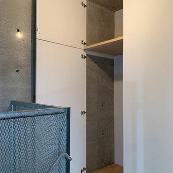 【洋室9帖】階段側、奥のところに収納があります。