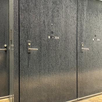 玄関はブラックの扉です。