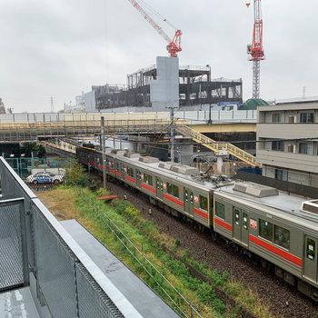 駅が近いので、停車する電車が見えます。