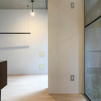 【LDK】キッチンの右側に冷蔵庫置き場があります。