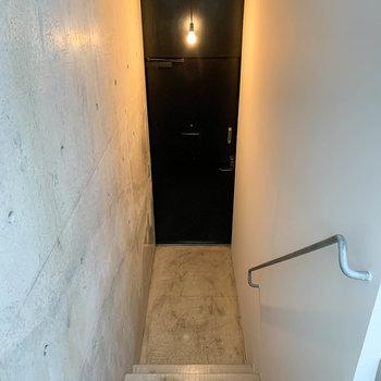 階段降りて、玄関です。