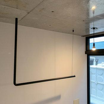 【ディテール】各お部屋に一つずつ、室内干しに使えるパイプがあります。