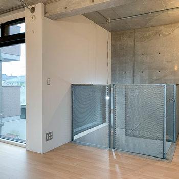 【洋室9帖】階段側に、大きな窓辺です。上部が換気用に空きます。