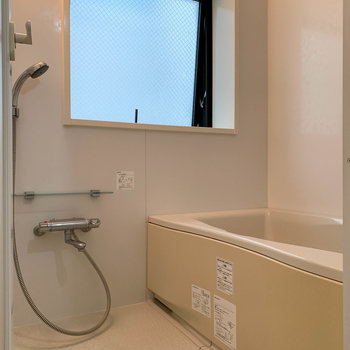 追い炊き付きのお風呂です。大きな窓で換気もできます。