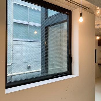 パイプの右側に窓。こちらの窓も換気用に開けられます。