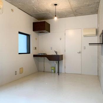キッチンの左側の窓は、換気用に空きます。