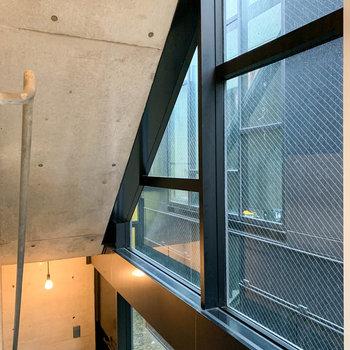 サイドの窓は共用部に面しています。窓枠の出っ張りの部分に、何か飾っても面白そうです。