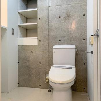 トイレも同室。棚にはタオルなども置けそうです。