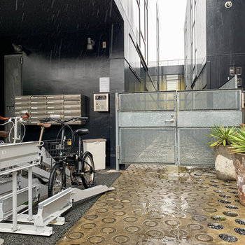 オーットロックのゲートの横に駐輪場や機械式の駐車場があります。