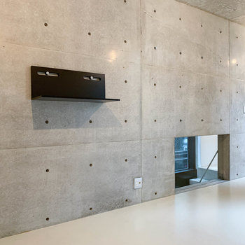 コンクリート打ちっ放しの壁は、ピーコンフックなどで棚を付けるのも良いですね。
