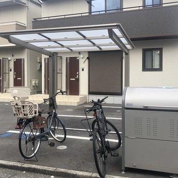 駐輪場とごみ置き場も完備。