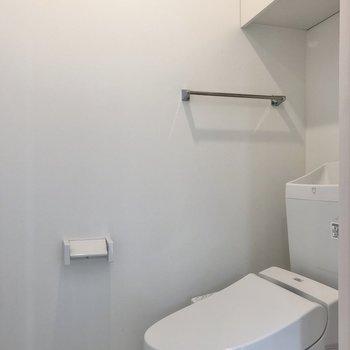 上に収納スペースもあって便利ですね。