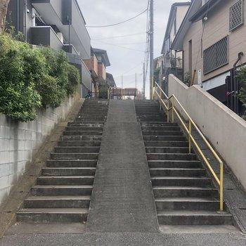 こちらの階段を上って少し歩くとお部屋に到着。