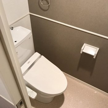 トイレはウォシュレット付き。上部棚もありますよ。(※写真は2階の反転間取り別部屋、清掃前のものです)
