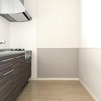 冷蔵庫は後ろになるかな?(※写真は2階の反転間取り別部屋、清掃前のものです)