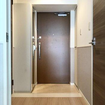 玄関にはなにやら左右に扉が。(※写真は2階の反転間取り別部屋、清掃前のものです)