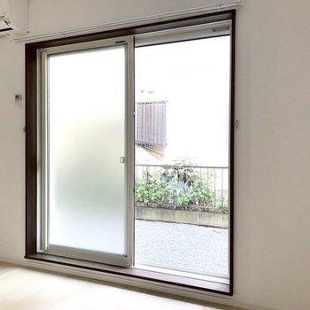 コンパクトなお部屋には存在感のある大きな窓です。