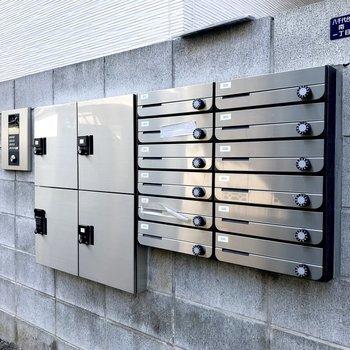 メールボックスは道路沿いにございます。宅配ボックスも付いていて安心です。