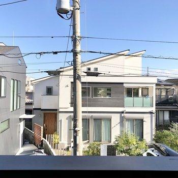 窓からは住宅が見えました。