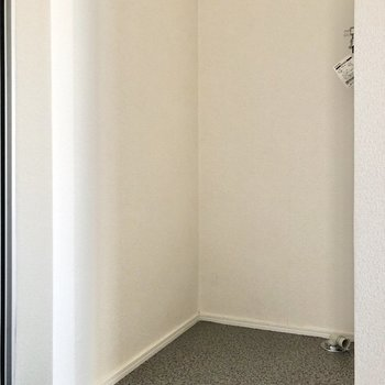 玄関横、奥まったところに洗濯機置き場がありました。